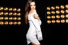 Моделируйте в платье лета белом с ярким творческим составом Стоковые Фотографии RF