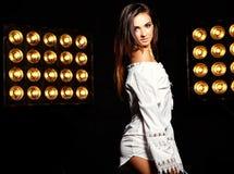 Моделируйте в платье лета белом с ярким творческим составом Стоковые Изображения RF