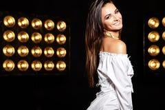 Моделируйте в платье лета белом с ярким творческим составом Стоковое Фото