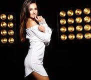 Моделируйте в платье лета белом с ярким творческим составом Стоковые Изображения