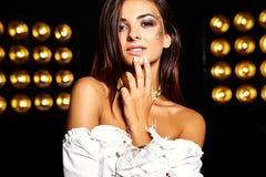 Моделируйте в платье лета белом с ярким творческим составом Стоковые Фото