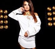 Моделируйте в платье лета белом с ярким творческим составом Стоковое фото RF