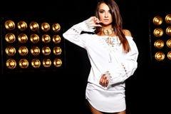 Моделируйте в платье лета белом с ярким творческим составом Стоковое Изображение