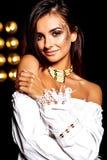 Моделируйте в платье лета белом с ярким творческим составом Стоковая Фотография
