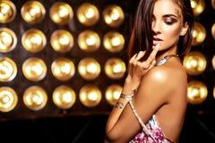 Моделируйте в платье лета красочном с ярким творческим составом Стоковое Изображение