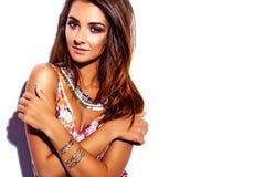 Моделируйте в платье лета красочном с ярким творческим составом изолированном на белизне Стоковая Фотография