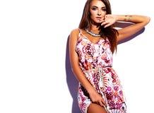 Моделируйте в платье лета красочном с ярким творческим составом изолированном на белизне Стоковое Изображение RF