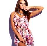 Моделируйте в платье лета красочном с ярким творческим составом изолированном на белизне Стоковые Фотографии RF