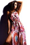 Моделируйте в платье лета красочном с ярким творческим составом изолированном на белизне Стоковые Изображения RF