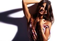 Моделируйте в платье лета красочном с ярким творческим составом изолированном на белизне Стоковая Фотография RF