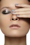 Моделируйте с составом способа глянцеватым & ногти manicure стоковое изображение