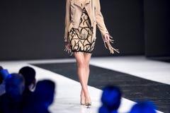 Модели выставки взлётно-посадочная дорожка подиума моды Стоковая Фотография RF