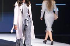 Модели выставки взлётно-посадочная дорожка подиума моды Стоковые Изображения RF