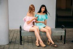 Модели идут вокруг города и используют устройства день солнечный Лето Стоковые Изображения RF