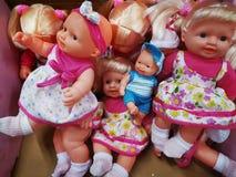 Модели и размеры кукол игрушек различные стоковые изображения rf