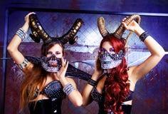 Модели нося костюм хеллоуина кожи и рожков стоковое изображение