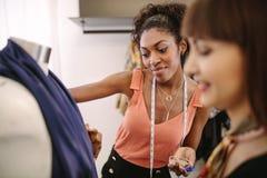 Модельеры женщины на работе в их магазине модной одежды Стоковые Фотографии RF