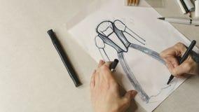 Модельер девушки рисует платье вечера эскиза Стоковая Фотография RF