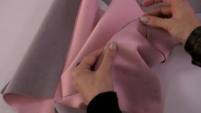 Модельер или портной работая с тканью на студии Рабочее место белошвейки сток-видео