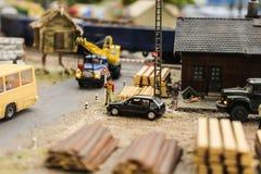 Модельные загрузка игрушки и поставка строительных материалов, доск, журналов, щебня Стоковые Фотографии RF
