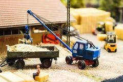 Модельные загрузка игрушки и поставка строительных материалов, доск, журналов, щебня Стоковое Фото