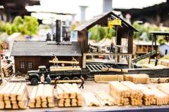 Модельные загрузка игрушки и поставка строительных материалов, доск, журналов, щебня Стоковая Фотография RF