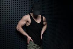 Модельные изгибая мышцы против стены стоковое фото
