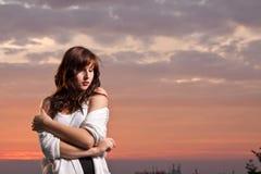 модельные сексуальные детеныши захода солнца Стоковое Изображение