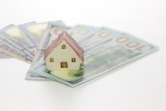 Модельный дом на деньгах банкноты доллара на белой предпосылке Стоковые Изображения