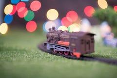 модельный поезд на железной дороге с красочным bokeh Локомотив на следе Стоковое фото RF