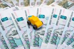 Модель автомобиля на предпосылке рублей Стоковое Фото