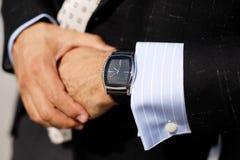Модель бизнесмена смотря дозоры стоковое изображение