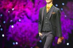 Модель взлётно-посадочная дорожка модного парада красивая Стоковые Фотографии RF