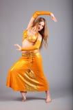 Модель в желтом представлении платья shine стоковые фотографии rf
