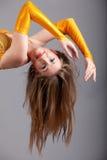 Модель в желтом hang платья shine вниз стоковые изображения