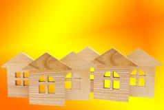 Модель деревянных домов на желтой предпосылке, изоляте, концепции  Стоковое Изображение RF