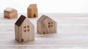 Модель дома на деревянной предпосылке Стоковые Изображения RF