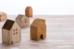 Модель домов на деревянной предпосылке Стоковая Фотография