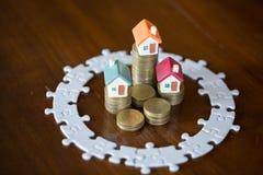 Модель 3 домов на монетках стога Мозаика, сохраняя деньги и концепция управления свойства, свойство вклада, страхование жилья стоковое изображение rf