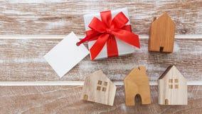 Модель домов с подарочной коробкой Стоковые Изображения RF