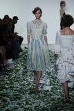 Модель идет взлётно-посадочная дорожка для модного парада собрания Brock Стоковое Изображение