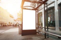 Модель-макет афиши автобусной остановки Свет и улица Солнця в предпосылке стоковые изображения