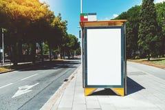 Модель-макет афиши рядом с дорогой со знаком стрелки стоковое изображение