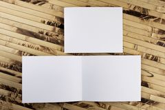 Модель-макет белого буклета на бамбуковой предпосылке Стоковые Изображения RF