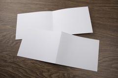 Модель-макет белого буклета на деревянной предпосылке Стоковые Фотографии RF