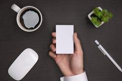Модель-макет белых визитных карточек в руке ` s человека Стоковая Фотография