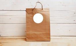 Модель-макет бирок подарка, бумажный мешок kraft, радушная бирка сумки, пустой модель-макет бирки, спасибо бирка стоковое фото rf