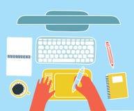 Модель-макет взгляд сверху рабочего места график-дизайнера Монитор, клавиатура, наушники и таблетка компьютера на деревянной пред Стоковая Фотография