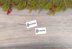 Модель-макет визитных карточек на время рождества ветви и украшения ели на деревянной предпосылке Плоское взгляд сверху положения Стоковое Фото