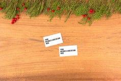Модель-макет визитных карточек на время рождества ветви и украшения ели на деревянной предпосылке Плоское взгляд сверху положения Стоковое Изображение RF